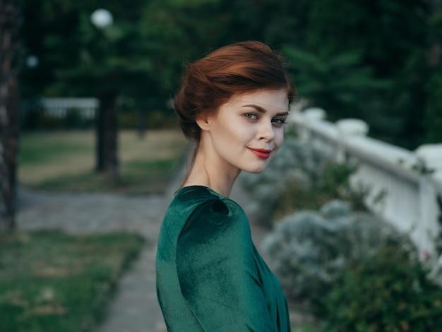 緑のドレス化粧品グラマー結婚式ロマンス水できれいな女性。
