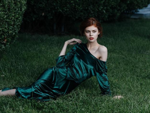 緑のドレスゴシック様式の妖精の庭のきれいな女性