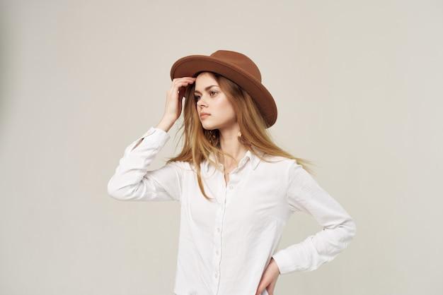 Красивая женщина в шляпе белой рубашке элегантный стиль моды свет