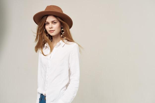 모자 흰 셔츠 우아한 스타일 패션에 예쁜 여자