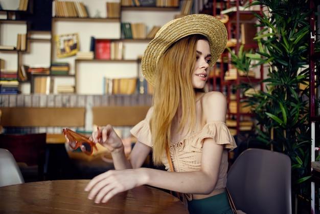 本を読んで休暇のインテリアと帽子のきれいな女性。
