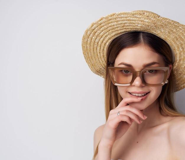 手で飲み物と帽子のきれいな女性ファッションサングラススタジオ