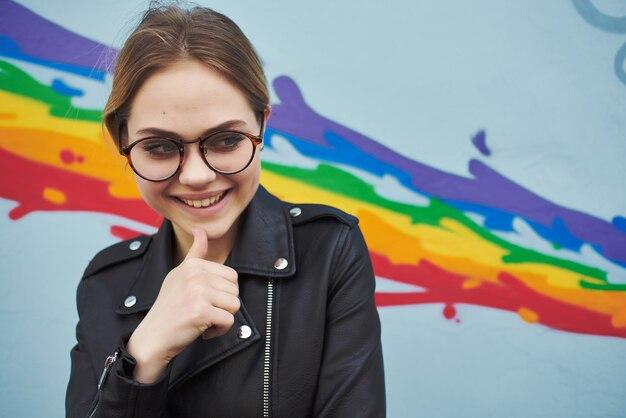 革のジャケットのメガネファッションストリートスタイルのライフスタイルのきれいな女性