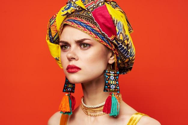 여러 가지 빛깔의 터번 매력적인 모양 보석 빨간색 배경에 예쁜 여자