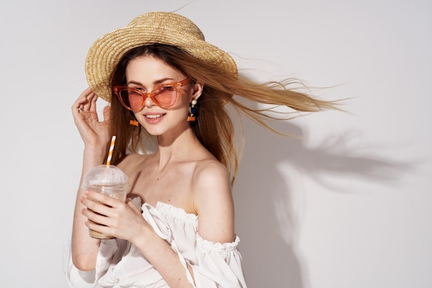 Красивая женщина в розовых очках весело очарование напитка в образе жизни рук. фото высокого качества