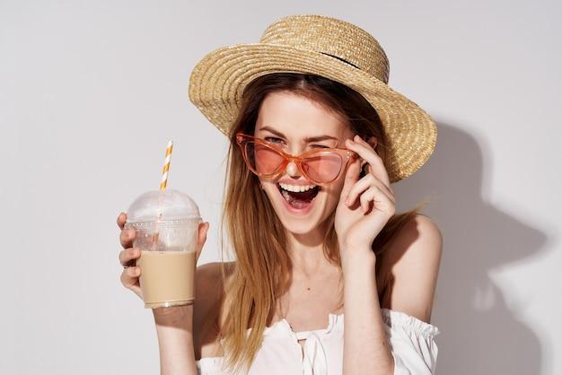 Красивая женщина в розовых очках весело очарование напитка в образе жизни рук.