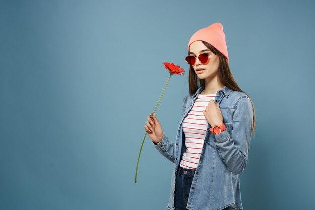 Красивая женщина в розовой шляпе солнцезащитные очки красный цветок романтика