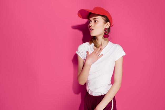 패션 여름 스타일 핑크 배경 포즈 빨간 모자에 예쁜 여자