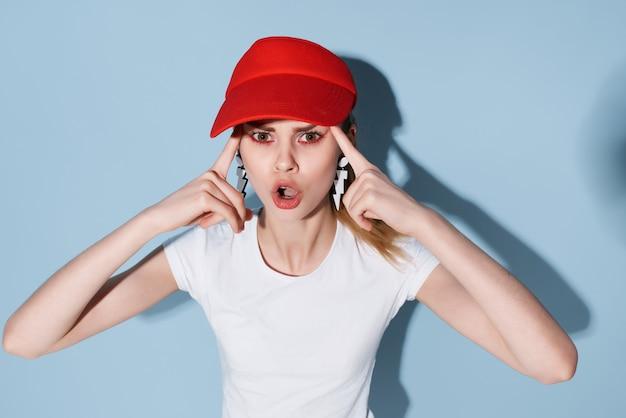 赤い帽子のスタジオファッションの豪華なクローズアップのきれいな女性