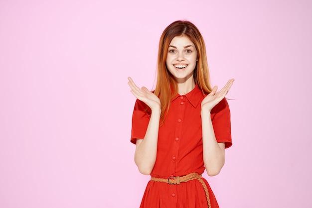 Красивая женщина в красном платье жесты рук роскошный изолированный фон