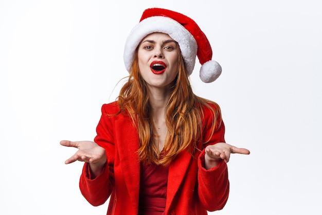 サンタコスチュームクリスマスポーズクローズアップモデルのきれいな女性