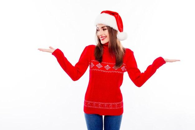 두 가지 옵션의 프레 젠 테이 션을 만드는 산타 모자에 예쁜 여자