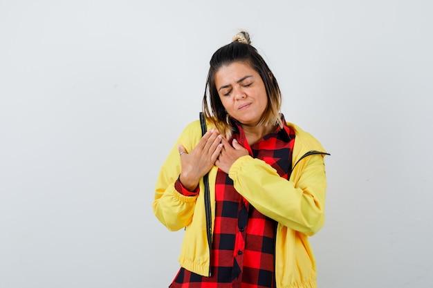 シャツを着たきれいな女性、胸に手をつないで、感謝の気持ちを表すジャケット、正面図。
