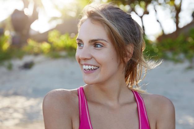 ビーチでスポーツウェアのきれいな女性