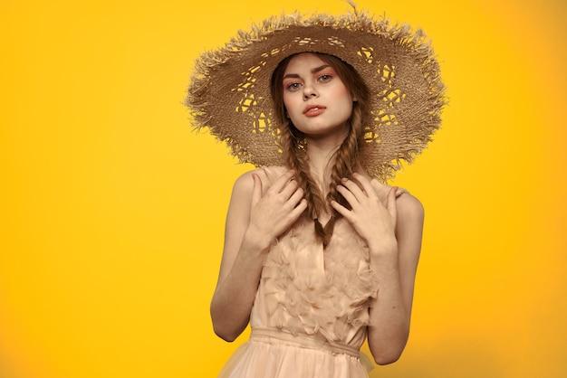 밀 짚 모자 매력적인 모습에 예쁜 여자 여행 노란색 배경