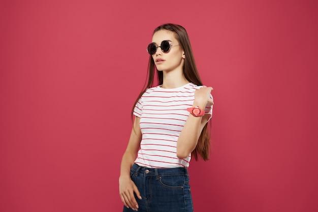 스트라이프 티셔츠 선글라스 핑크 배경 매력에 예쁜 여자