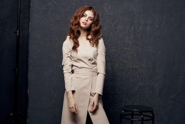 Красивая женщина в студии носить платье