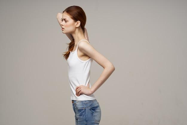 Красивая женщина в футболке и джинсах