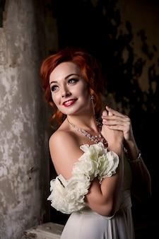 Красивая женщина в текстурированной старинной комнате. женщина-актриса. девушка в образе и сценическом платье, костюме в старой улыбке комнаты. концепция музыкального плаката. место автора на фото