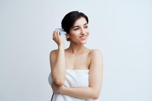 수건 빗 바디 케어 샤워에 예쁜 여자 자른보기