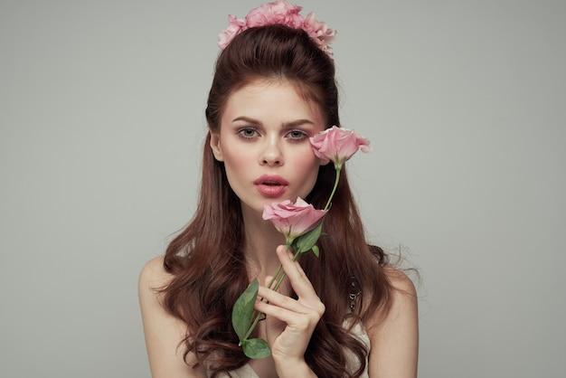 白いドレスと花装飾化粧品ライフスタイルの花束のきれいな女性。高品質の写真