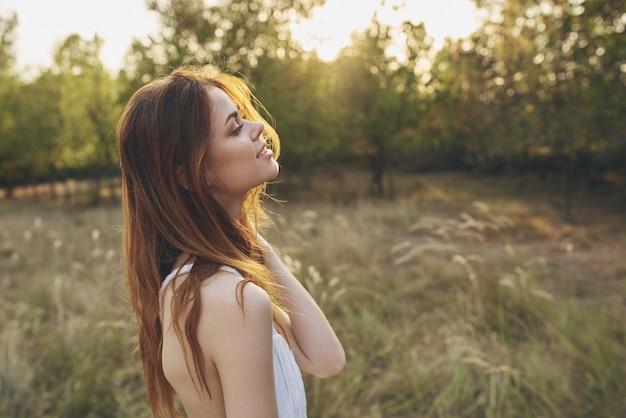 하얀 드레스를 입은 예쁜 여자 야외 휴가 여름