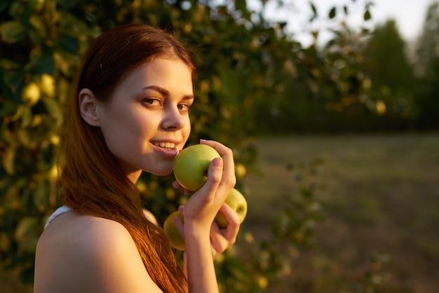 손 과일 자연에 사과와 흰 드레스에 예쁜 여자