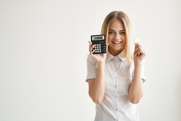 白いシャツの計算機金融経済暗号通貨のきれいな女性