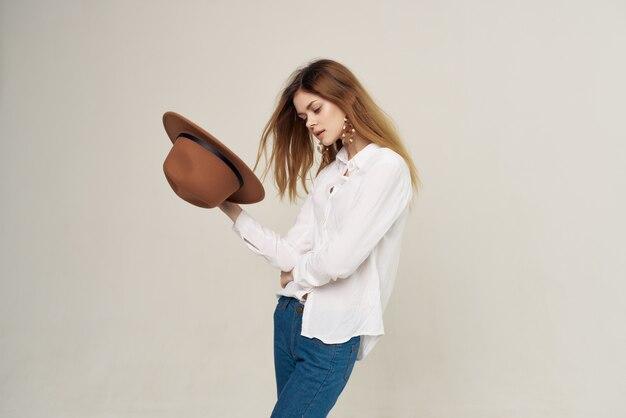 白いシャツのモダンなスタイルのライフスタイルモデルのきれいな女性