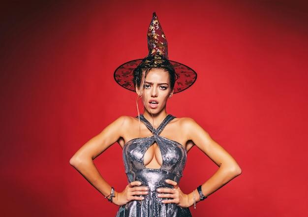 ハロウィーンパーティーで魔女の衣装を着たきれいな女性
