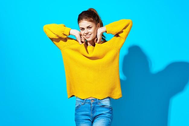 노란 스웨터 미소 스튜디오 모다 옷에 예쁜 여자