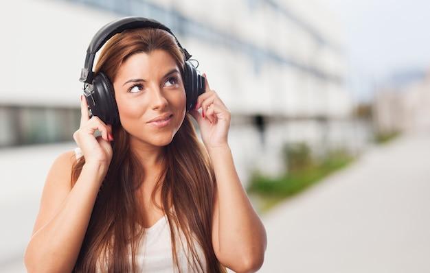 Pretty woman ascolto musica in cuffia