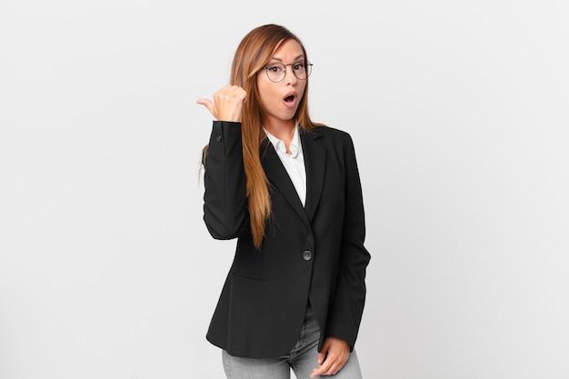 Симпатичная женщина с недоумением смотрит. бизнес-концепция