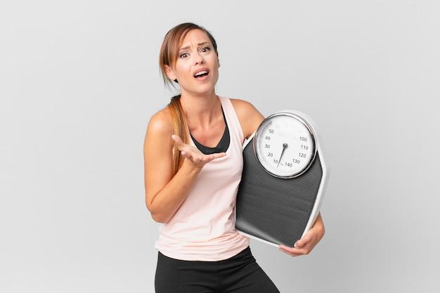 必死になって、欲求不満とストレスを感じているきれいな女性。ダイエットコンセプト