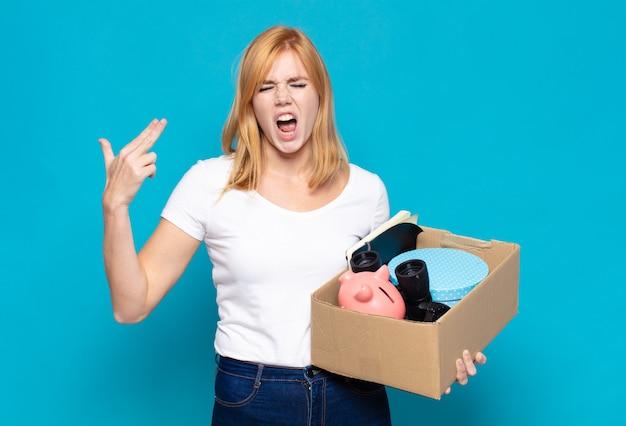 Красивая женщина выглядит несчастной и подчеркнутой, жест самоубийства делает знак пистолета рукой, указывая на голову