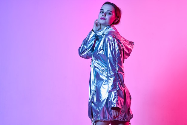きれいな女性の化粧シルバージャケット高級グラマーピンクの背景