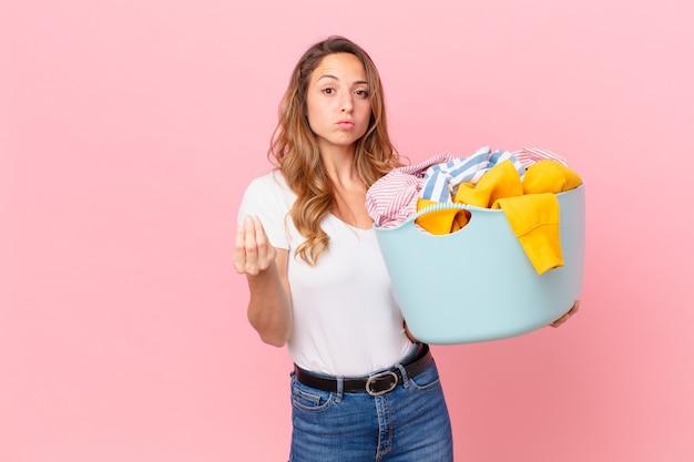 きれいな女性が、服を払って洗濯するように言って、身振りやお金のジェスチャーをします。