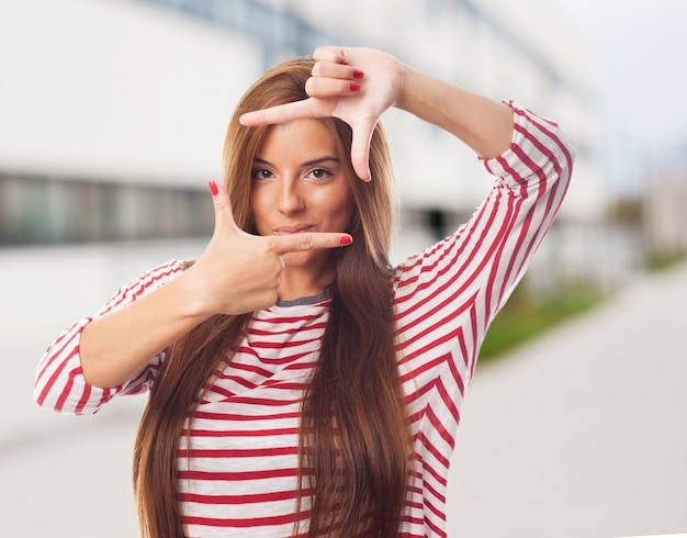 Красивая женщина делает фото жест