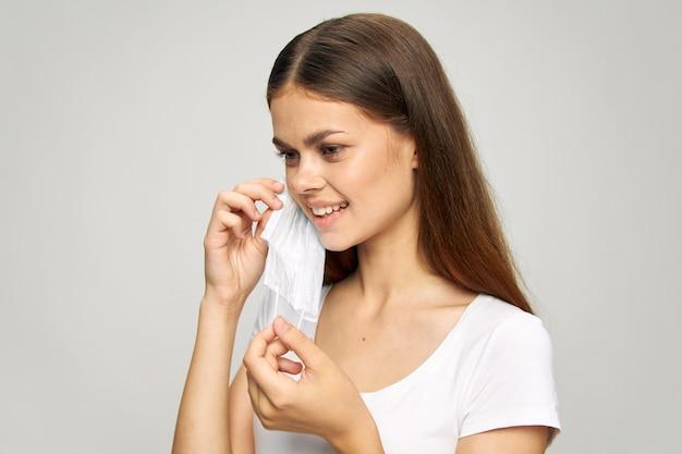 きれいな女性医療フェイスマスク笑顔安全白いtシャツライフスタイル