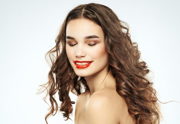 巻き毛のクローズアップクロップドビューのきれいな女性モデル。高品質の写真