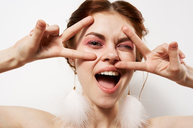 Красивая женщина голые плечи косметика мода гламурная студия