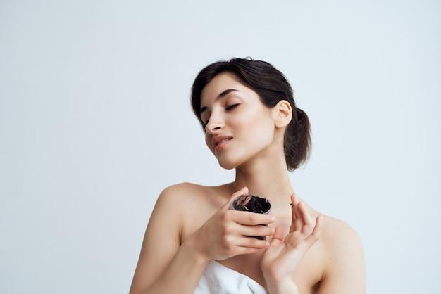 きれいな女性の裸の肩の皮膚科クリーム保湿健康