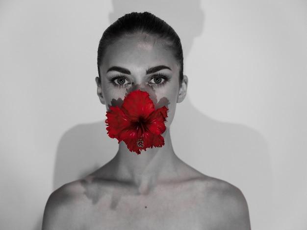 きれいな女性の裸の肩の赤い魅力の花のスタジオ