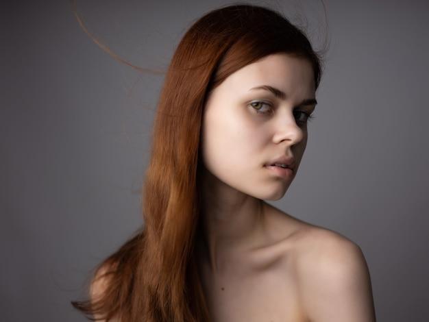 예쁜 여자 벌거 벗은 어깨 빨간 머리 근접 촬영 매력