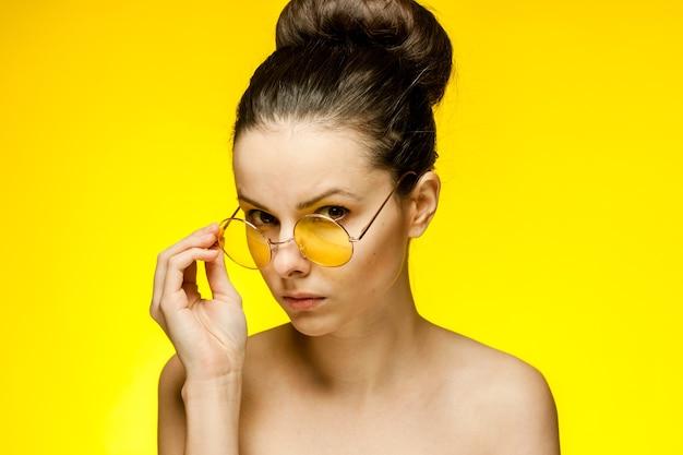예쁜 여자 알몸 어깨 노란색 안경 감정 자른보기.