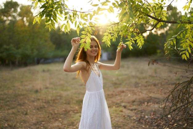 きれいな女性の自然の自由休暇旅行