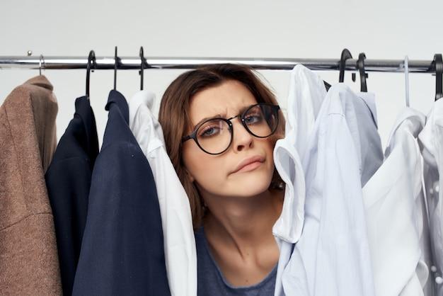 옷 쇼핑 중독 밝은 배경 근처 예쁜 여자