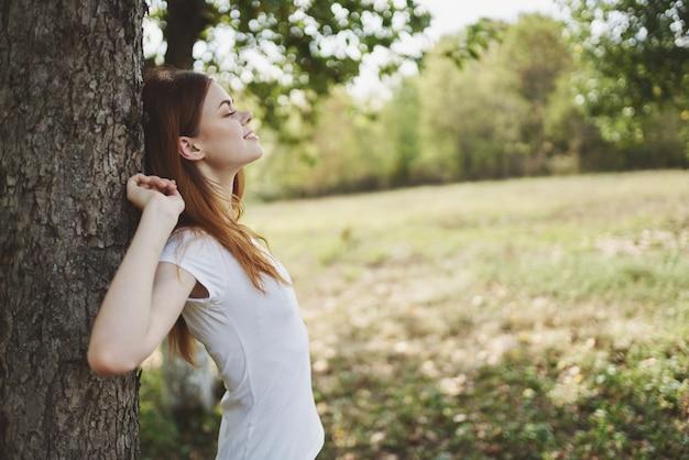 나무 자연 근처 예쁜 여자 라이프 스타일 여름입니다. 고품질 사진