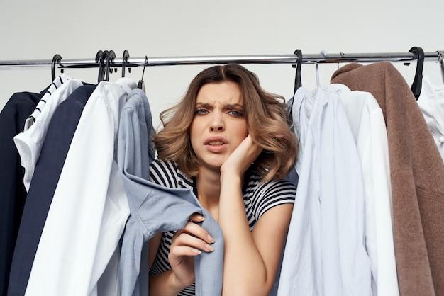 Красивая женщина возле гардероба шопоголик изолировал фон. фото высокого качества