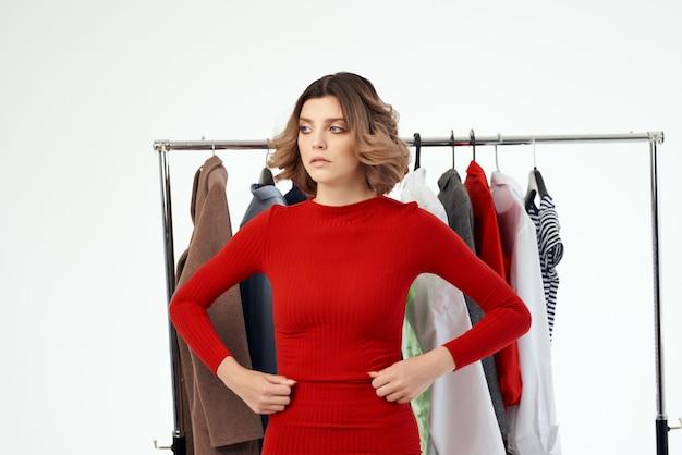 服の横にあるきれいな女性ファッション楽しい小売孤立した背景